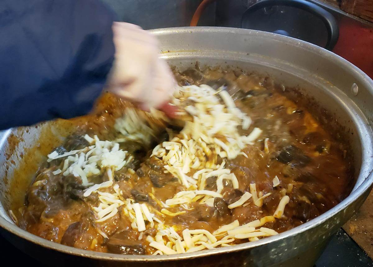 イノシシのモツ煮にチーズを入れたところ
