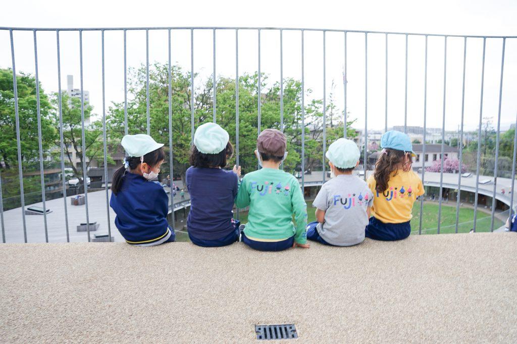 眺めを楽しむ園児たち